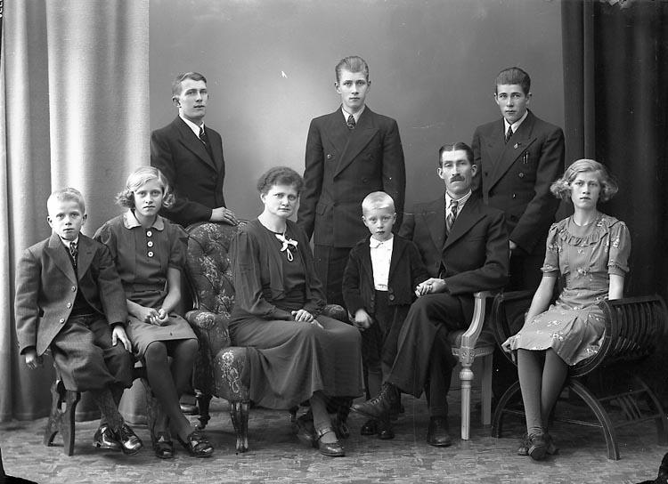 "Enligt fotografens journal nr 6 1930-1943: ""Bäckman, Herr Julius Stenungsund""."