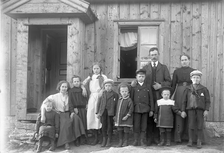 """Enligt fotografens journal nr 2 1909-1915: """"Sundberg, Korpral Blåsut Byn""""."""