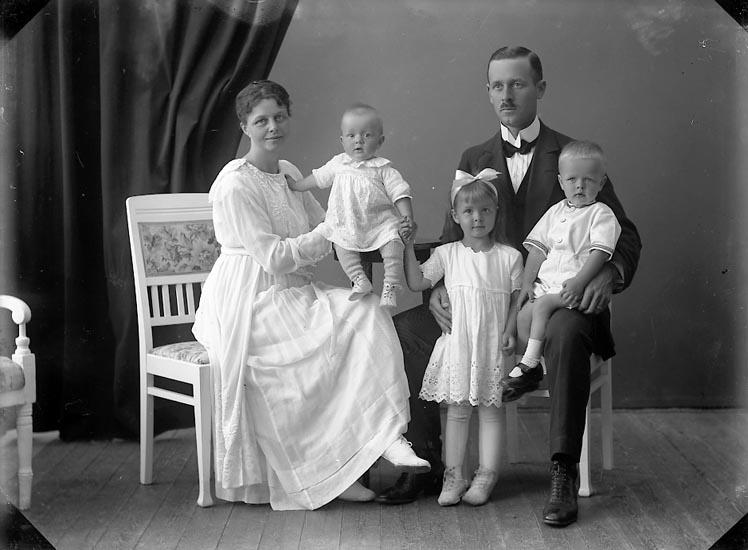 """Enligt fotografens journal nr 4 1918-1922: """"Enander, Lennart Göteborg""""."""