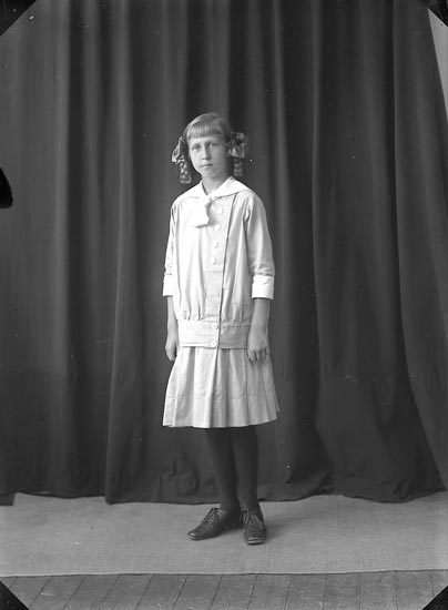 """Enligt fotografens journal nr 2 1909-1915: """"Kindal, Greta""""."""
