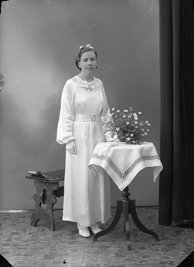 """Enligt fotografens journal nr 6 1930-1943: """"Edlund, Märta Sjötorp Ödsmål""""."""