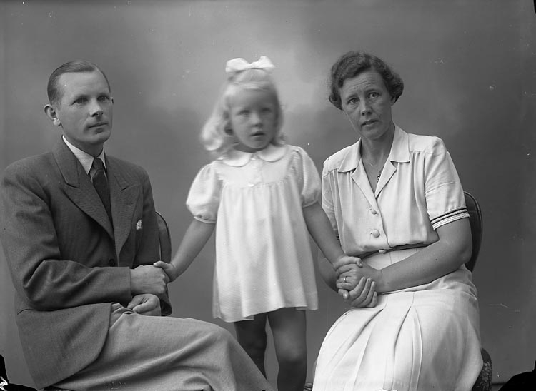"""Enligt fotografens journal nr 7 1944-1950: """"Colliander, Herr Nils m. fam. Här""""."""
