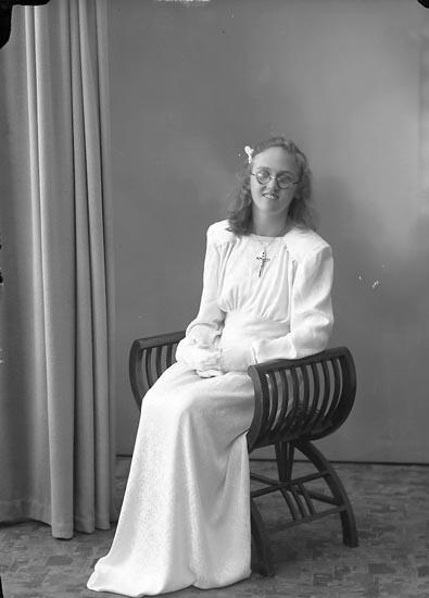 """Enligt fotografens journal nr 7 1944-1950: """"Larsson, Inger N. Starrkärr, Ödsmål""""."""
