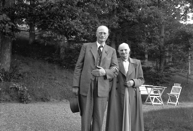 """Enligt fotografens journal nr 7 1944-1950: """"Ahlenius, Landsfiskal Ljungskile"""". Enligt fotografens notering: """"D. 1 juli 1946 Landsfiskal C.O. Ahlenius Ljungskile""""."""