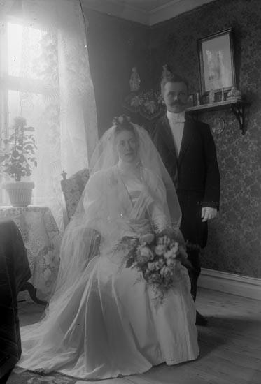 """Enligt fotografens notering: """"Brudparet Norder Strandnorum Stenungsund""""."""