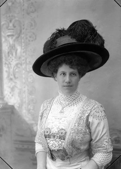 "Enligt fotografens notering: ""Lundström Lyckorna 1910""."