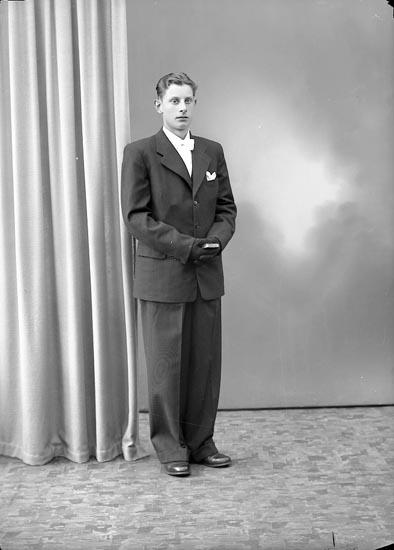 """Enligt fotografens journal nr 7 1944-1950: """"Axelsson, Sven Axel Åker Stenungsund""""."""
