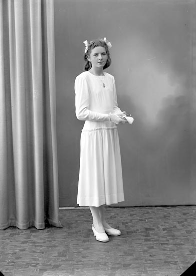 "Enligt fotografens journal nr 7 1944-1950: ""Axelsson, Fr. Elsa Grössby, Ucklum""."