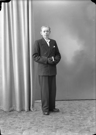"""Enligt fotografens journal nr 7 1944-1950: """"Andersson, Evert Stripplekärr, Ödsmål""""."""