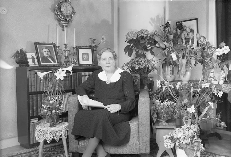 "Enligt fotografens journal nr 8 1951-1957: ""Johansson, Fr. Ester Stenungsund""."