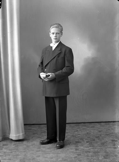 """Enligt fotografens journal nr 8 1951-1957: """"Olsson, Georg Kläpp Ödsmål""""."""