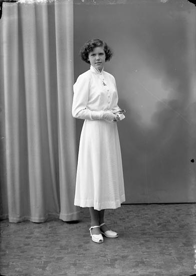 """Enligt fotografens journal nr 8 1951-1957: """"Hagberg, Birgit Huveröd, Ucklum""""."""