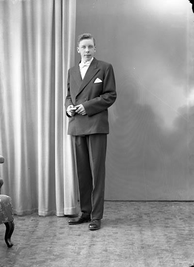 """Enligt fotografens journal nr 8 1951-1957: """"Svensson, Sven-Olof Hallerna Stenungsund""""."""
