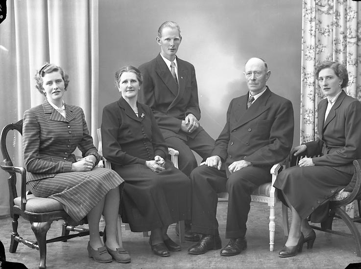 "Enligt fotografens journal nr 8 1951-1957: ""Carlsson, Herr Ivar Gröteröd, Stenungsund""."