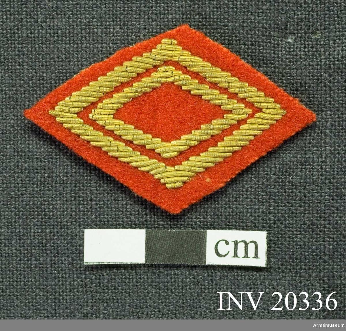 Grupp C I.  På rött kläde är med silvertråd broderat en stor femuddig stjärna och två mindre rektanglar.
