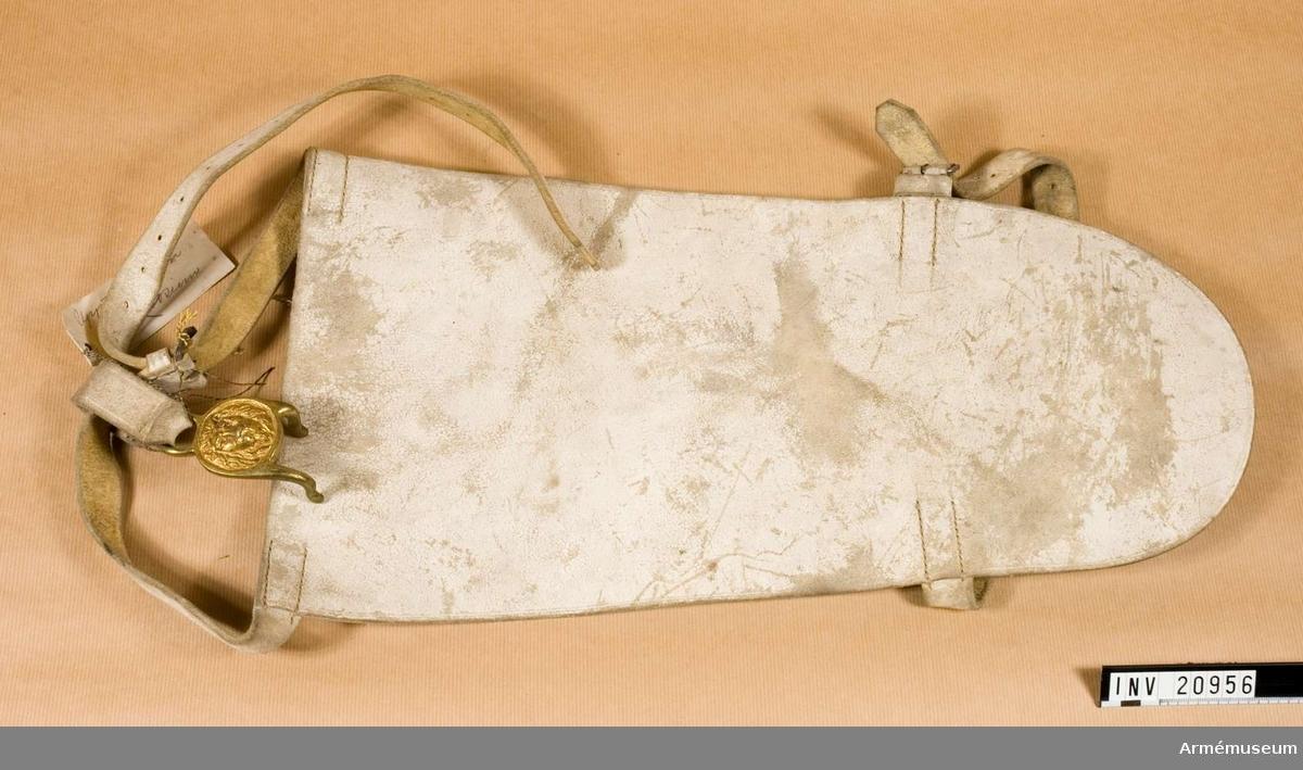 Grupp C I Trumskinn av vit älghud med två  remmar av samma läder och  spännen för att fästa vid foten. Trumspännen (Trommelscheere) av mässing och i form av ett lejonhuvud och en ring, som är fastsydd vid löpare av älghud för att fästa vid livrem.
