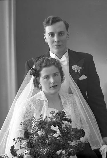 """Enligt fotografens journal nr 8 1951-1957: """"Johansson, Herbert Herr, Näs Ödsmål"""". Enligt fotografens notering: """"Brudparet Herbert Johansson, Näs Ödsmål. Bruden. Fr. Irene Carlsson, Näs Ödsmål""""."""
