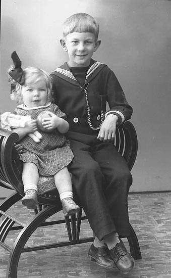 """Enligt fotografens journal nr 6 1930-1943: """"Nilsson, Fru Inez Hjälmvik Varekil""""."""
