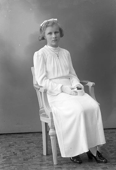 "Enligt fotografens journal nr 6 1930-1943: ""Tornberg, Lilly Hälle, Stenungsund""."