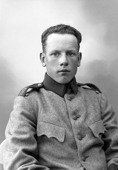 """Enligt fotografens journal nr 6 1930-1943: """"Augustsson, Alf Bräcke Ödsmål""""."""