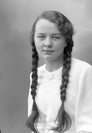 """Enligt fotografens journal nr 6 1930-1943: """"Wallström, Ingrid Ödsmål""""."""