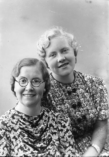 """Enligt fotografens journal nr 6 1930-1943: """"Johansson, Agnes o Gunnel Här""""."""