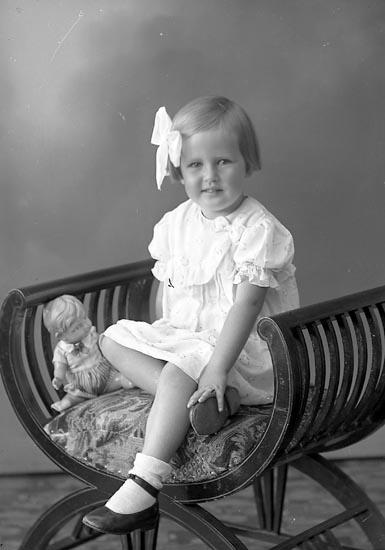 "Enligt fotografens journal nr 6 1930-1943: ""Andersson, Barbro adr. Gustaf A. Kärreberg Varekil""."