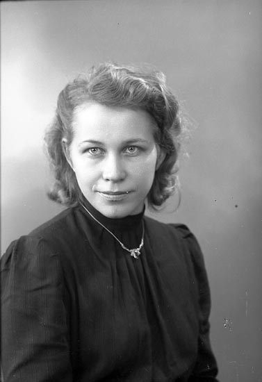 """Enligt fotograrens journal nr 6 1930-1943: """"Nyström, Fru Alice""""."""