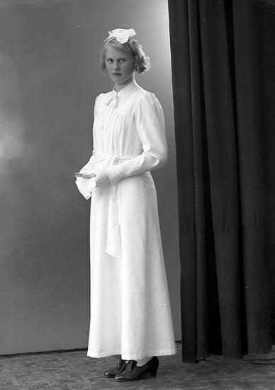 """Enligt fotograrens journal nr 6 1930-1943: """"Martinsson, Märta Dalen Svenshögen""""."""