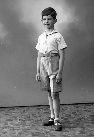 """Enligt fotografens journal nr 6 1930-1943: """"Abrahamsson, Bertil (Gbg) Arendal Stenungsund""""."""