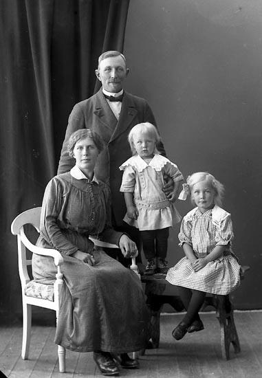 """Enligt fotografens journal nr 4 1918-1922: """"Johansson, Rudolf Röd Ucklum""""."""