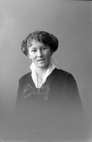 """Enligt fotografens journal nr 2 1909-1915: """"Kellberg, Jessie Här""""."""