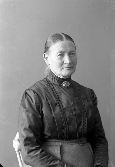 """Enligt fotografens journal nr 2 1909-1915: """"Johansson, Maria Fru Vestergård Här""""."""
