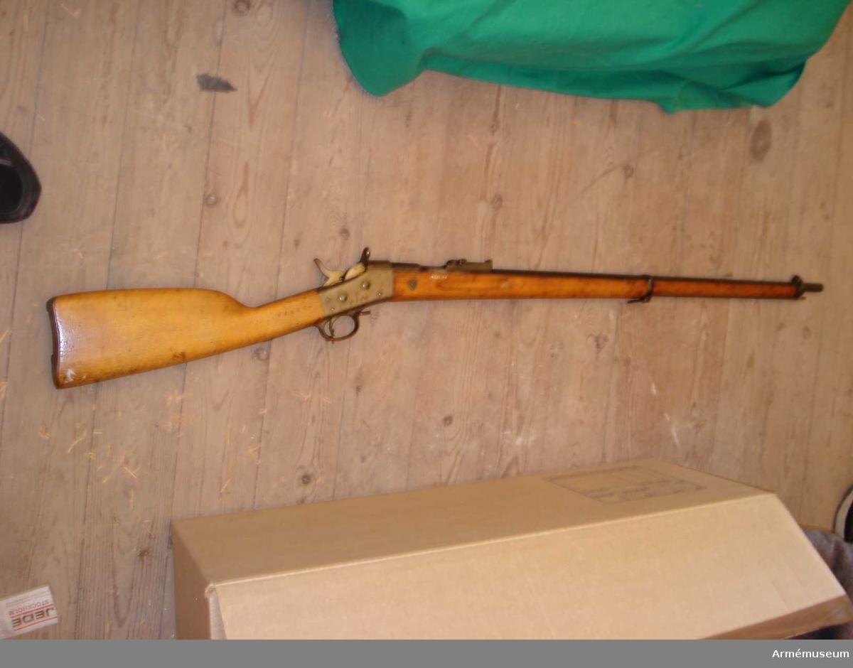 Samhörande gåva: 26300-27299, gevär.Gevär m/1867-89. 8 mm.Grupp E II f.Angående depositioner: Se AM 26300.