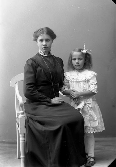 """Enligt fotografens journal nr 2 1909-1915: """"Johansson, Ester, Starrkärr, Ödsmål""""."""