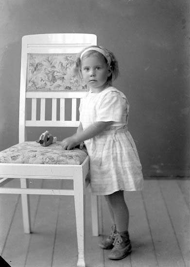 """Enligt fotografens journal nr 4 1918-1922: """"Larsson, Lisa Vinningstorp, Jörlanda""""."""