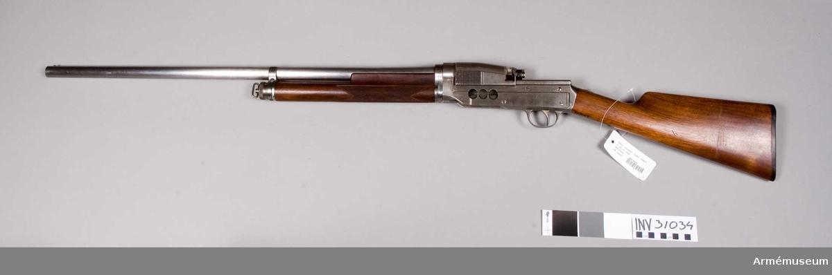 Grupp E XIV. Automatisk kaliber 12. Mekanismen delvis genomskuren, vapnet för övrigt Sjögrens system 1908.