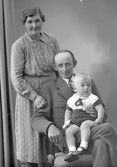 "Enligt fotografens journal nr 6 1930-1943: ""Karlsson, Herr Jacob Ramsön Jörlanda""."