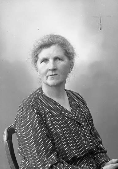 "Enligt fotografens journal nr 7 1944-1950: ""Nyberg, Fru Jenny Majblomman Ödsmål""."