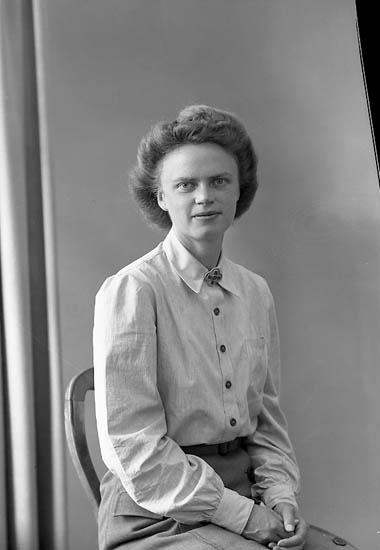 """Enligt fotografens journal nr 7 1944-1950: """"Wenndahl, Syster Maja Jörlanda""""."""