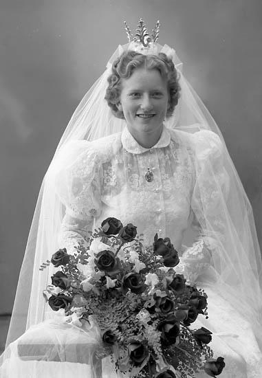 """Enligt fotografens journal nr 8 1951-1957: """"Johansson, Herr Bror, Rörkärr, Nygård bruden""""."""