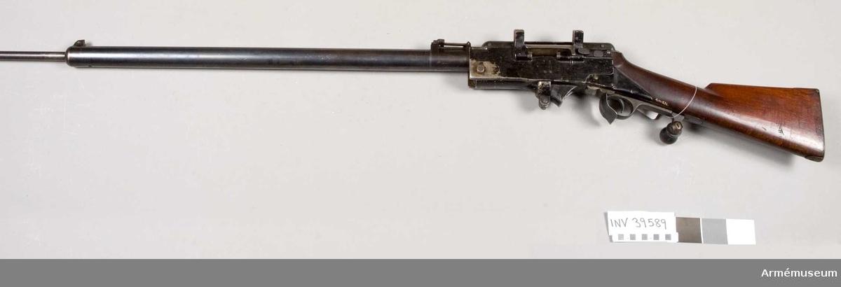 Grupp E IV b. Kulsprutegevär för kavalleriet. Provskjuten i Sverige 1899. Geväret har inga märken eller stämplar.  Samhörande nr är 39589-91, kulsprutegevär, lavett, laddram.