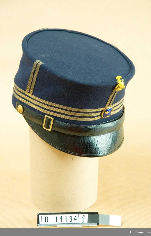 Grupp C I. Ur uniform för kapten vid Svea artilleriregemente. Bestående av kollett, mössa, långbyxor, ridbyxor.