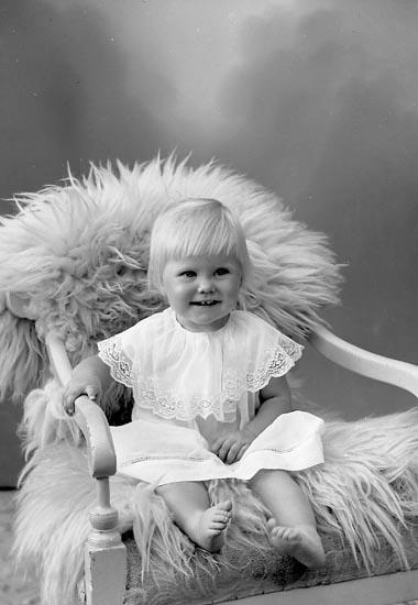 """Enligt fotografens journal nr 9 1958-: """"Olsson, Fru Gertrud Ucklum""""."""