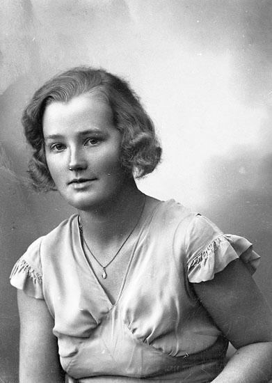 """Enligt fotografens journal nr 6 1930-1943: """"Spolén, Fr. Karin Wäxiö""""."""