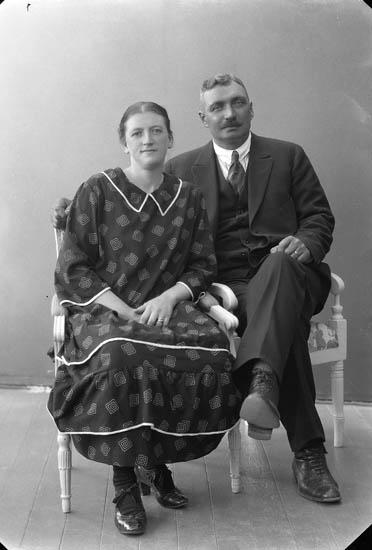 """Enligt fotografens journal nr 5 1923-1929: """"Olausson, Herr Ivar Klädesholmen""""."""
