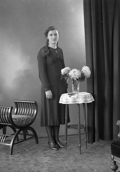"""Enligt fotografens journal nr 6 1930-1943: """"Olsson, Ingeborg Höviksnäs""""."""