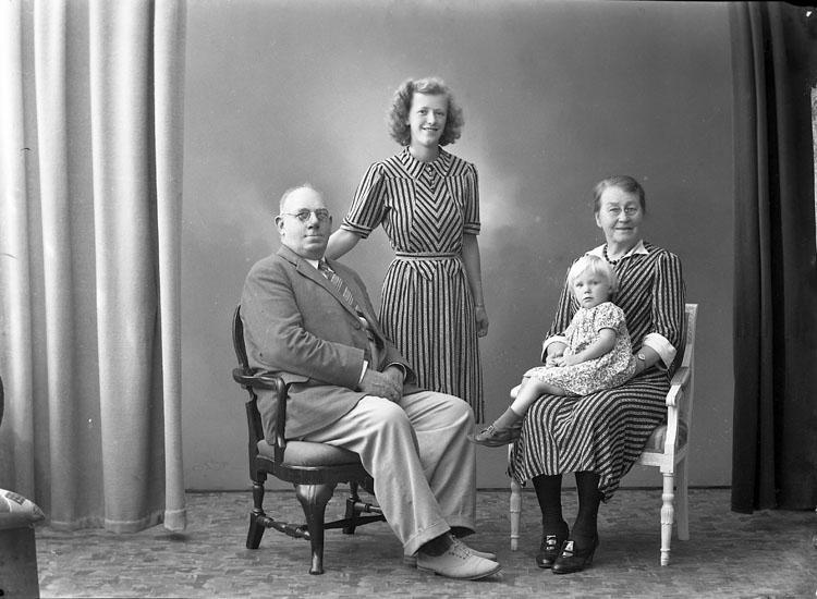 """Enligt fotografens journal nr 6 1930-1943: """"Larsson, J. Kastellg. 19 Gbg""""."""
