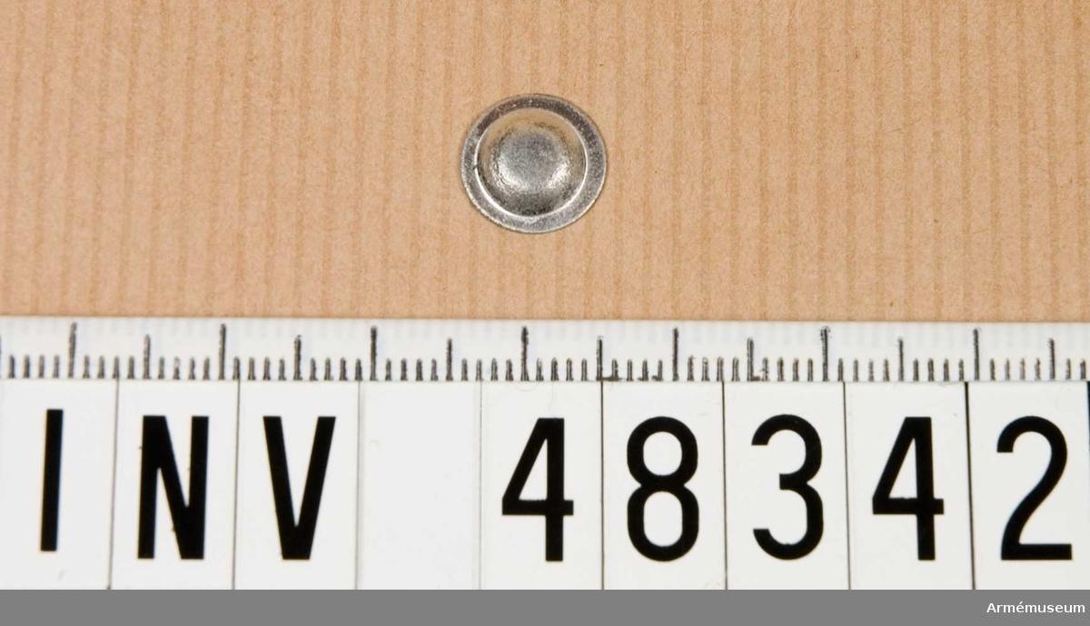 Grupp E VIII. Samhörande nr är 48312-52, en bit vax, 40 st mynningsbleck. Till 6,5 mm gevär m/1896 och karbin m/1894.