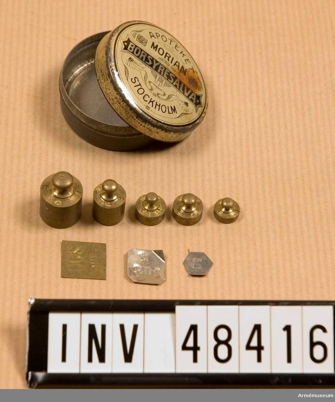 Grupp E VIII. Samhörande nr är 48414-19, omladdningsmateriel. Omladdningsmaterial för 6,5 mm ammunition bestående av kombinationsverktyg, krutvåg, vikter, laddningstratt, ask med  kulor och tändhattar, laddapparat.   10 st vikter.